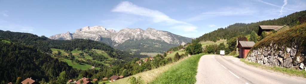 Panorama sur la Tournette dans l'ascension du Col de la Croix Fry.
